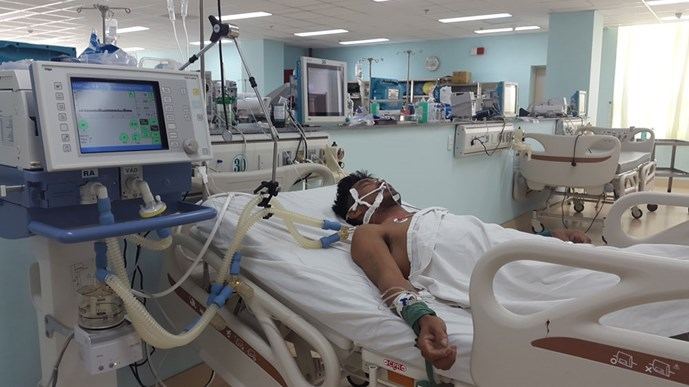 One of the fishers poisoned by ethanol alcohol at a Ba Ria-Vung Tau hospital on September 17, 2015. Photo: Nguyen Long