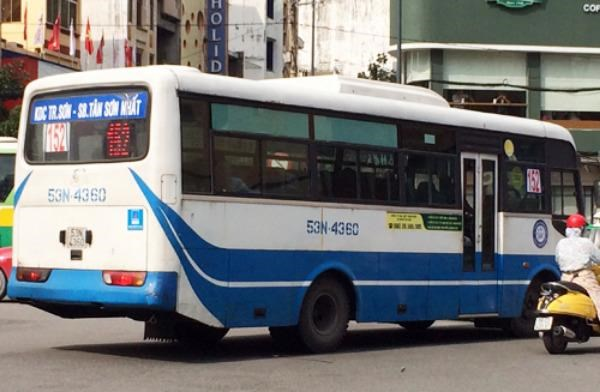 The only bus route currently running to Tan Son Nhat is more than ten years old and needs an upgrade. Photo credit: VnExpress