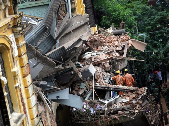 Rescuers check the rubble after a villa collapsed in Hanoi on September 22, 2015. Photo: Ngoc Thang