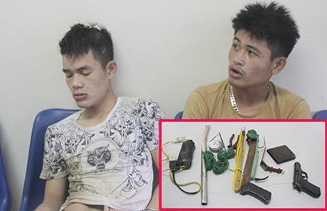 Two dog thieves arrested in Nghe An on September 16, 2015 and the weapons they carried. Photo credit: Phap Luat TPHCM