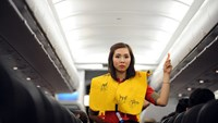 A Vietnamese flight attendant performs life jacket drill on a flight. Photo credit: Zing
