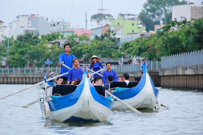 People take a boat tour of the Nhieu Loc – Thi Nghe Canal in early September 2015. Photo: Pham Huu