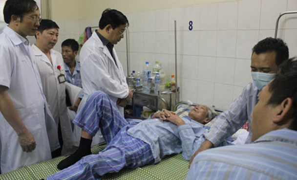 Health officials visit dengue fever patients in Hanoi. Photo credit: VnExpress