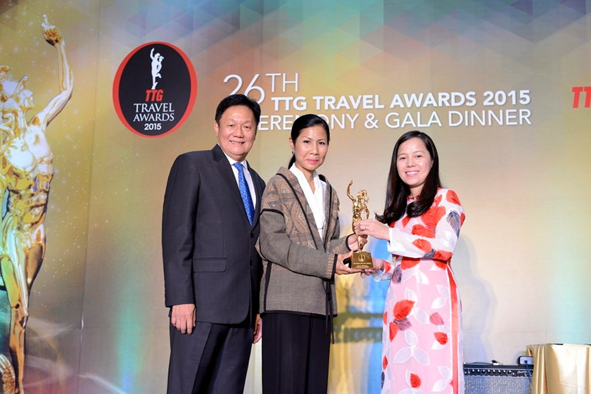 "Ms Nguyen Thi Thuy Binh, Vice President, represents Vietjet to receive the renowned award ""Best Asian Low Cost Carrier."""