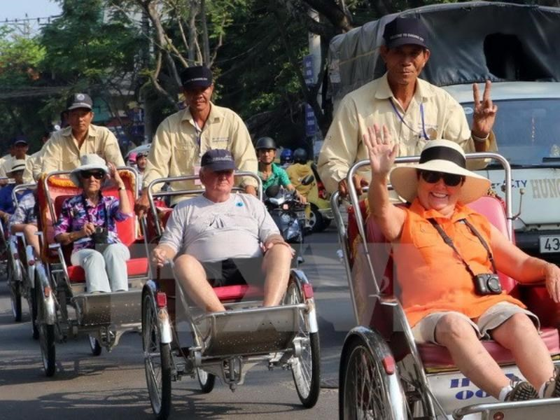 Foreign tourists enjoy cyclo ride in Da Nang. Photo: VNA/Tran Le Tam