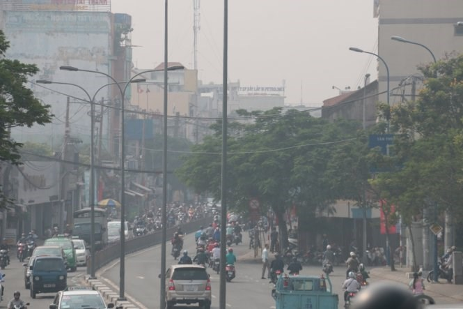 The view of Nguyen Tat Thanh Street in District 4 is obscured in the morning of October 6, 2015. Photo credit: Tuoi Tre/Tien Long