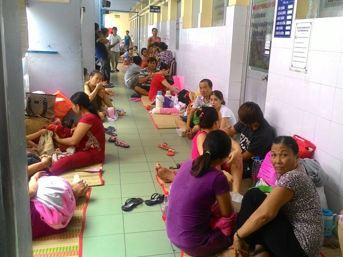 Sick children and their families in the hallway of the Children's Hospital No.1 in Ho Chi Minh City in early October. Photo: Luong Ngoc