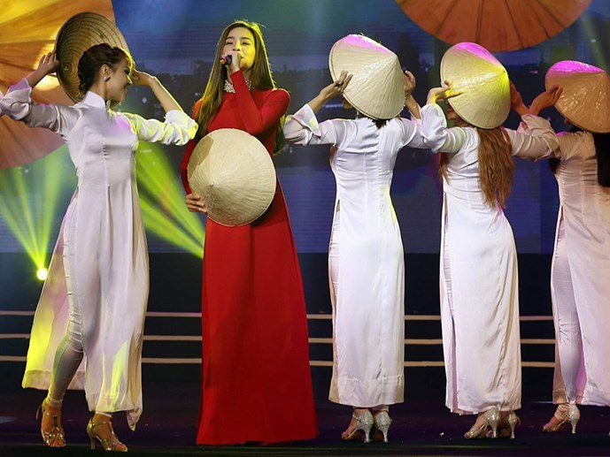 "A performance during the award ceremony of Thanh Nien's song-competition contest ""I love my homeland"" in Ho Chi Minh City on October 14, 2015. Photo: Doc Lap"