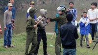 Vietnamese policeman killed when investigating rock-throwing gangs
