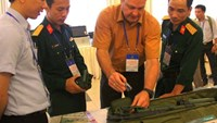 A foreign expert presents a modern bomb detection equipment to Vietnamese officials. Photo: Nguyen Linh/Tuoi Tre