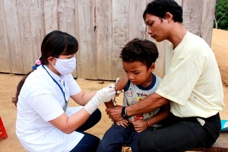 A boy receives a diphtheria vaccine shot in Quang Nam Province. Photo: Hong Hai/Dan Tri