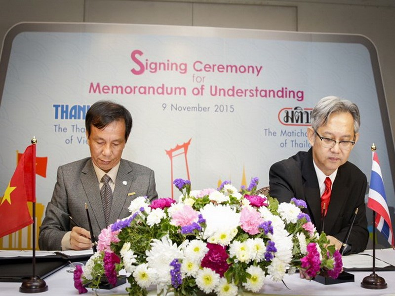 Thanh Nien's Editor-in-Chief Nguyen Quang Thong (L) and Thakoon Boonparn, Managing Director of Matichon, at the Signing Ceremony for Memorandum of Understanding in Bangkok on November 9, 2015. Photo: Lam Yen