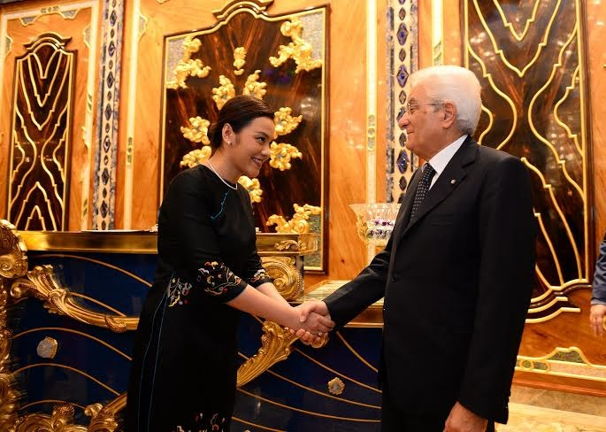 The Reverie Saigon's CEO, Ms. Truong Hue Van, welcomes H.E. Sergio Mattarella at the hotel lobby.