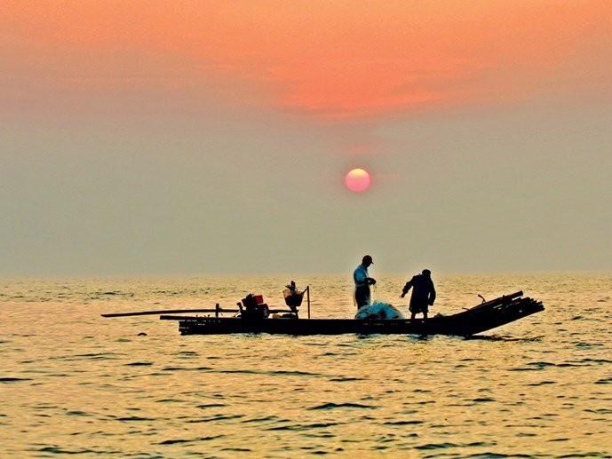 A couple of husband and wife in Thanh Hoa pull their nets at first light of day after sailing out at 3 a.m. Photo: Ngoc Minh