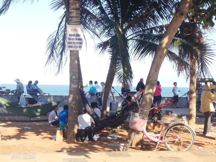 Some visitors gather and litter on a beach in Vung Tau. Photo: Nguyen Long