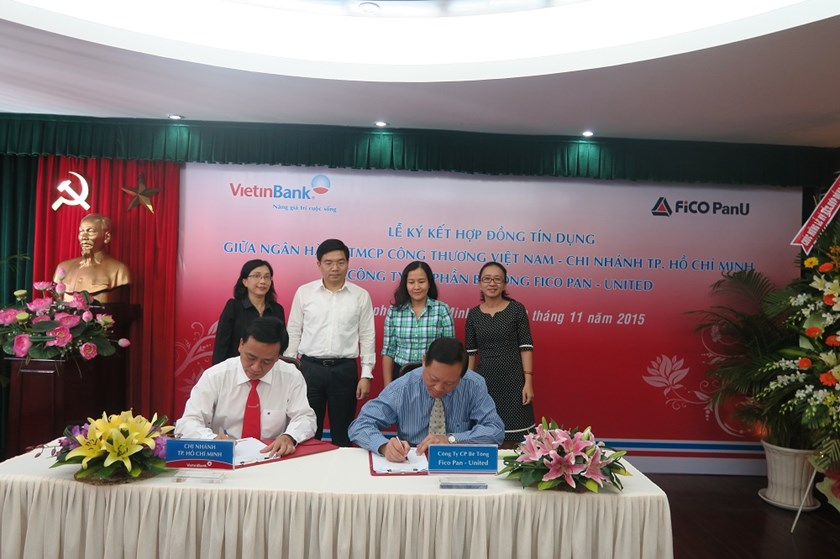 Mr Steven Loh, General Director of Fico PanU, and Mr Truong Minh Hoang, Vice Director of VietinBank HCMC, sign a VND100 billion loan contract.