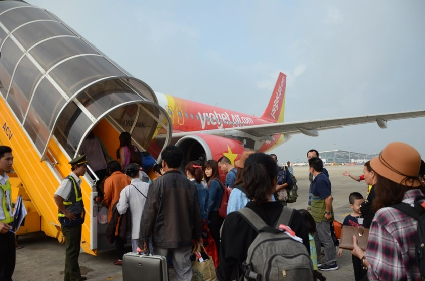Passengers come aboard a Hanoi - Chu Lai flight by Vietjet.