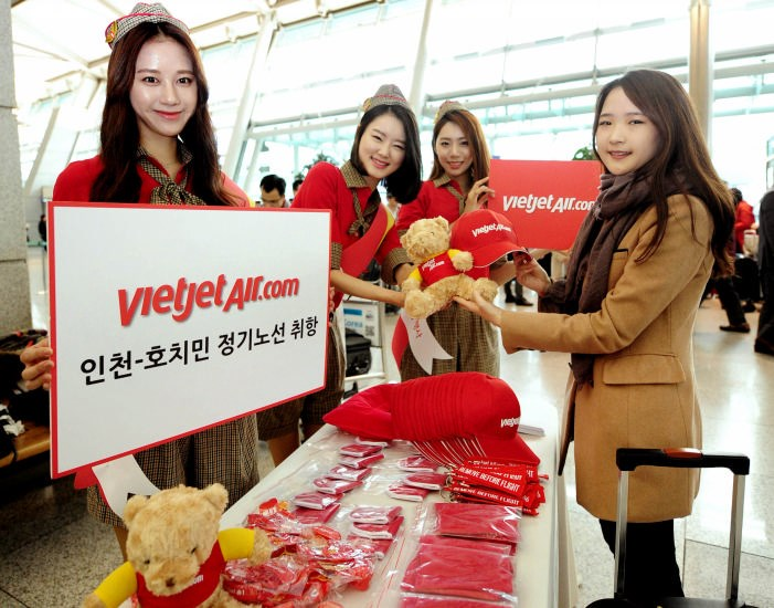A Vietjet passenger receives gifts in a special program to celebrate its new route between Ho Chi Minh City and Seoul.