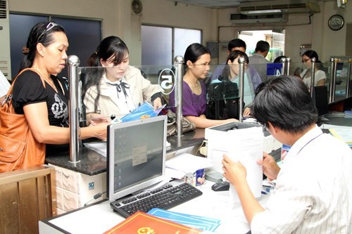 An official receives business registration applications in Ho Chi Minh City. Photo: Kha Hoa