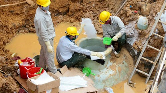 Workers in Hanoi check a part of Song Da water pipe after it broke in July 2015. Photo: Dan Ha