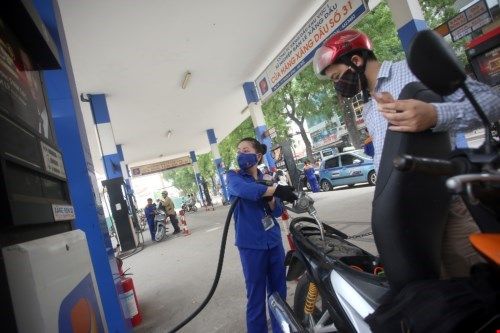 Current gasoline prices are 6 percent lower than a year ago. Photo: Ngoc Thang