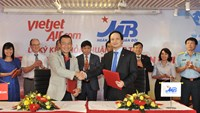 Luu Duc Khanh, Vietjet's Managing Director, shake hands and Luu Trung Thai, Vice Chairman of the Military Bank, shake hands after signing the agreement on December 2, 2015.