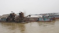Continuous sand dredging on the Red River has affected its water quality and increased the risk of flooding and erosion. Photo: Le Quan