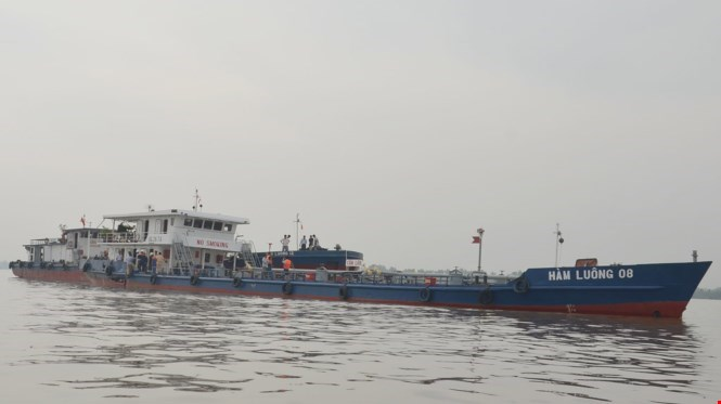The gas tanker caught in a collision in Vietnam's southern province of Tien Giang on December 15, 2015. Photo: Phuong Ha