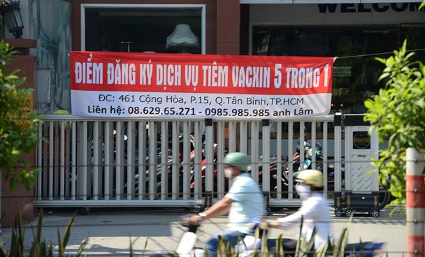 The banner advertising 5-in-1 vaccine Pentaxim at a company in Ho Chi Minh City, which is not authorized to sell vaccines in Vietnam. Photo: Huu Khoa/Tuoi Tre