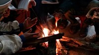 Children keep their hands warm around a bonfire at a boarding school in Son La. Photos: Ngoc Tan/Zing