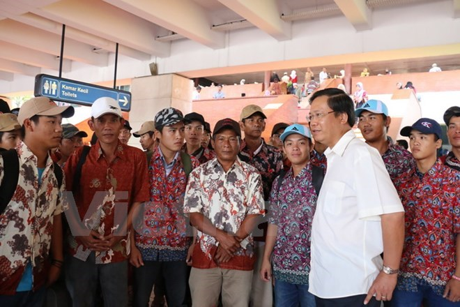Hoang Anh Tuan  (in white), Vietnamese ambassador in Indonesia, with the Vietnamese fishers released on December 23, 2015. Photo: Do Quyen/Vietnam+
