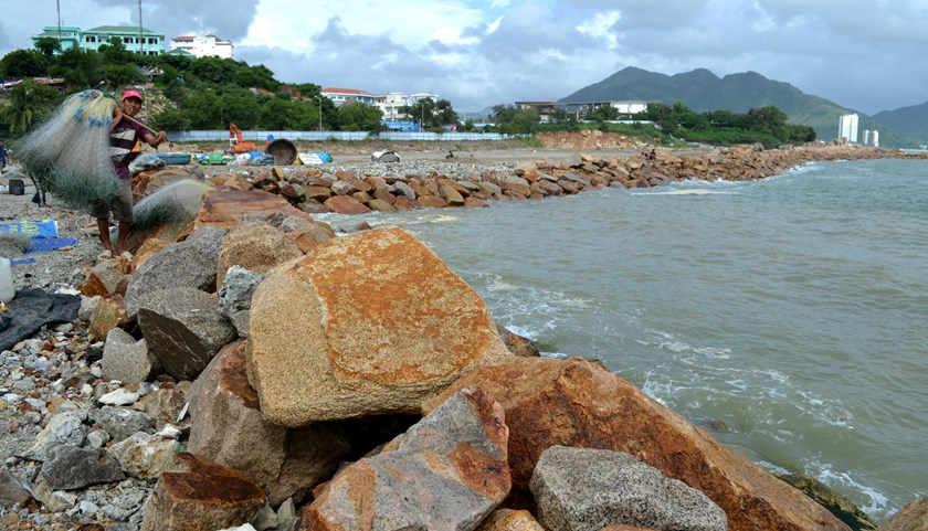 A rock embankment that has been built illegally in Nha Trang Bay. Photo: Duy Thanh/Tuoi Tre