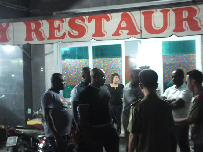 Police check a restaurant run by foreign men in Ho Chi Minh City December 28, 2015. Photo: Hai Nam