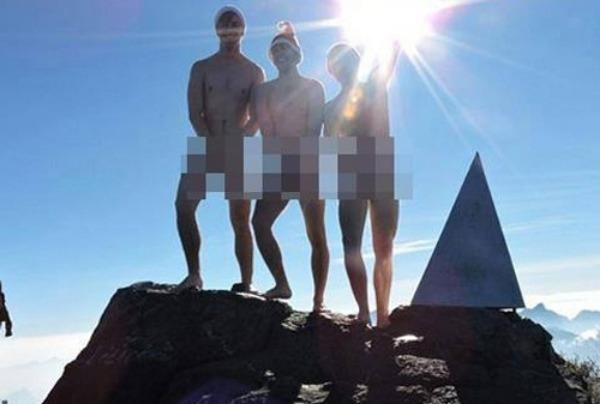 A photo posted on a Vietnamese Facebook fanpage on December 25, 2015 shows three foreign men naked on top of Fansipan in northern Vietnam.