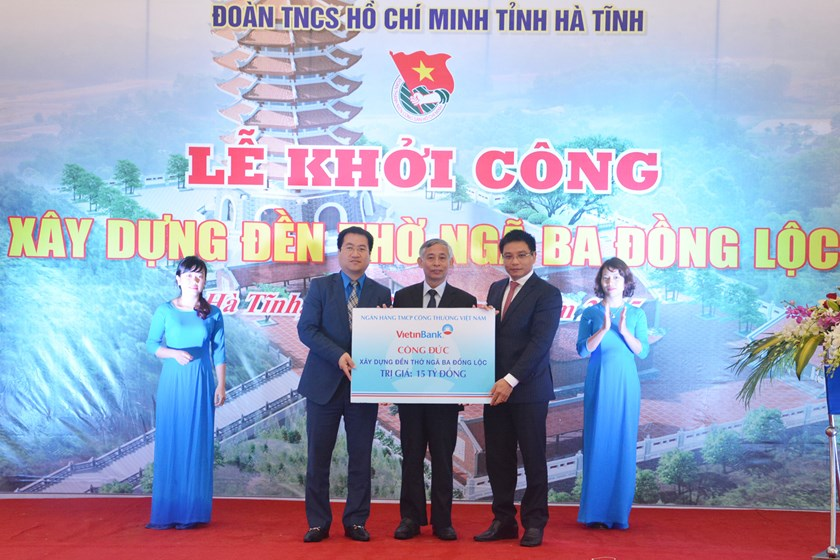 Nguyen Van Thang, Board Chairman and Party secretary of Vietinbank, offers the donation at the ceremony to start work on a temple at Dong Loc Junction on December 30.