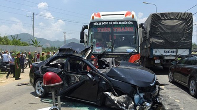 A car-bus collision site in Da Nang in April. Photo: Nguyen Tu