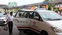 The city's biggest taxi firm Vinasun is going to cut fares by VND500 a kilometer. Photo credit: Anh Quan/TBKTSG