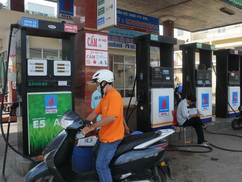 E5 is now selling at VND15,339 (68 cents) per liter, 4.3 percent cheaper than 92-RON. Photo: Diep Duc Minh