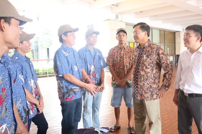 Ambassador Hoang Anh Tuan (2nd, R) with Vietnamese fishermen released by Indonesia January 21. Photo: Do Quyen/Vietnam+