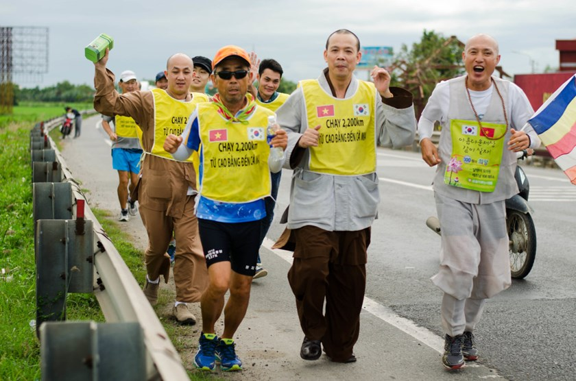 Monk Jin Ho and other Koreans in a charity run across Vietnam to help Vietnamese students have clean toilets. Photo: Tan Luc/Tuoi Tre