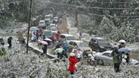 Policeman killed when clearing traffic on icy road in northern Vietnam
