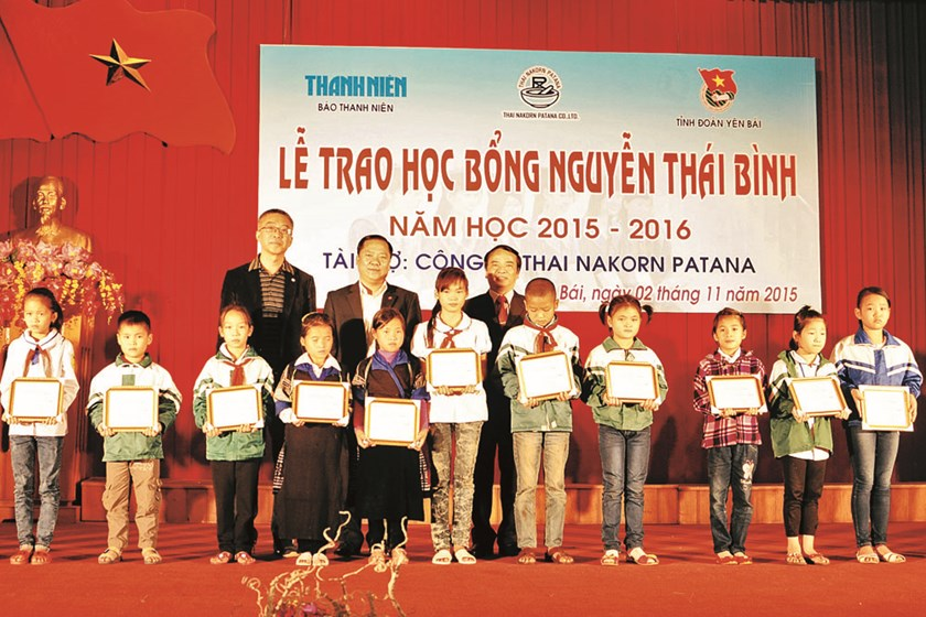 Supachai Verapuchong (L) grants Thanh Nien's scholarship to Vietnamese students. File photo
