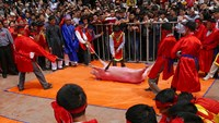 Men prepare to slaughter a pig at Nem Thuong's pig slaughter festival in Bac Ninh Province during the Lunar New Year 2015. Photo: Quy Doan/VnExpress