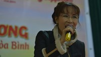 Vietjet CEO Nguyen Thi Phuong Thao sings to poor people in Hoa Binh Province during a visit on January 29