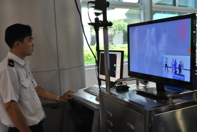 Body temperature scans are used to detect potential quarantine cases at Tan Son Nhat Airport. Photo: Hoang Nhung/TBKTSG