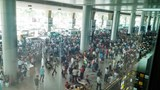 Crowds wait for their overseas relatives at Tan Son Nhat Airport. Photo: Truong Nguyen/Zing
