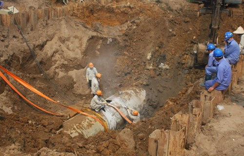 Investigators said Song Da water pipe has broken 14 times 2012, three years after it was installed. Photo credit: VnExpress