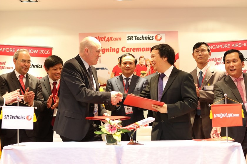 Vietjet's Vice President Nguyen Duc Thinh at the signing ceremony with SR Technics.
