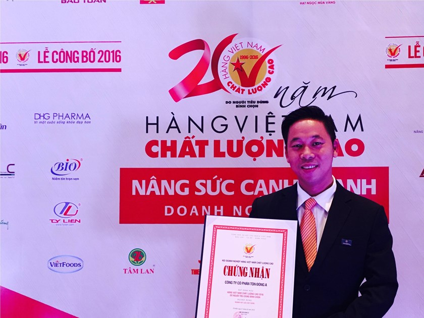 Doan Dinh Khoi Nguyen, sales director of Ton Dong A, represents the company to receive Vietnam's High Quality Products certificate on February 23.