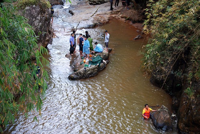 Rescuers recover the bodies of three British tourists down an abyss near the Datanla Falls in Da Lat on February 26. Photo: Gia Binh